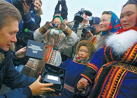 Gazprom-chief-Alexei-Miller-presents-Yamal-residents-with-gifts